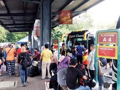 还有2天就是开斋节,今天是返乡高峰期,巴士车站挤满人潮。