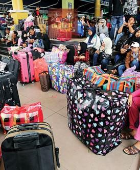开斋节将至,住在大马居住或工作的印尼人提着大批行李准备回乡过年。