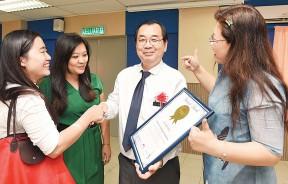 青出于蓝而青于蓝,罗志明(左三)与3名已成为老师的前学生合影。左二为陈幼玲,右一为蓝晓慧。