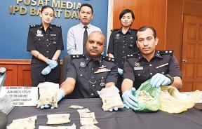 安峇拉甘展示警方周三凌晨在两场行动中的证物。