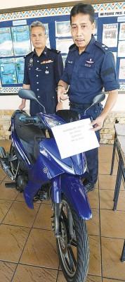 拉尼(眼前)借助警方起获的摩托车是属于失窃车。