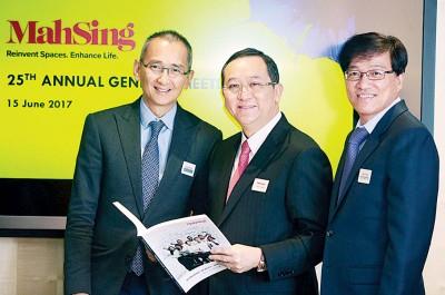 宝成(左起)、梁海金和何汉生参加马星集团第25到年度股东大会。