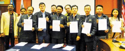 11名槟岛市议员左起古玛、沙哈鲁丁、阿末阿兹里查、王耶宗、吴俊强、赛夫阿兹万、李俊杰、魏祥敬、陈伟俊、黄顺祥和颜艾菱,呼吁警方对付滥用执照者。