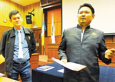 王耶宗(左)和赛夫阿兹万抨击伊祖利白做4年市议员,只在玩弄政治,捞取政治资本。