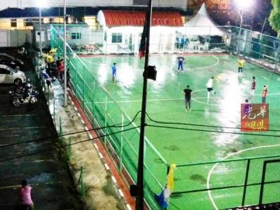 一班球员在周三(21)晚踢球,一样踢到午夜。
