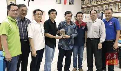 梁宗宝(左5)颁赠纪念品予李永球(左4),左起谢福省、谢恩文、骆文焕、周宴生、梁伟宏及吕孙川陪同。