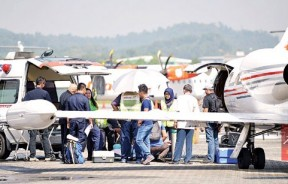 小锦鸿从救护车移送至医疗班机。
