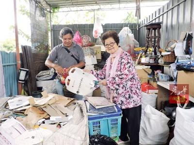 巫秀容(右)吁请政府眷顾依靠资源回收来营生的非营利团体,提供他们资源回收管道或津贴,否则将无法生存下去。
