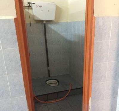 让指暗装针孔摄录镜头之厕所。