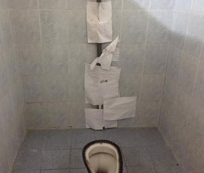 马桶引水管贴在几张可疑的A4白纸。