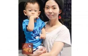 年轻妈妈黄琳凌抱着19个月大的苏庭锋向本报求助。