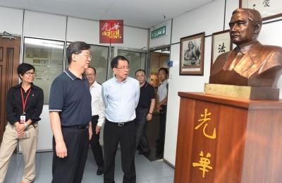 中国《人民日报》海外版总编辑王树成在骆南辉的陪同下参观孙中山雕像,旁为李兴前和郑彩凤。