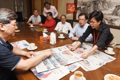 《光华日报》总编辑郑彩凤与王树成总编辑就编务交换意见。