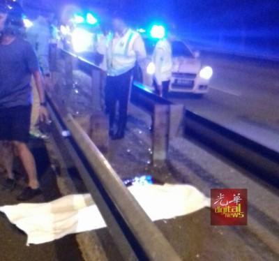 死者被抛飞到右边车道的铁栏处,魂断公路。