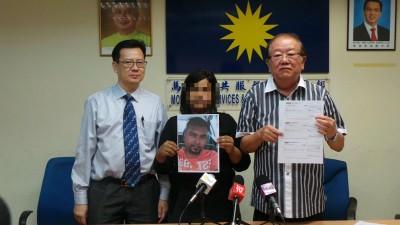 被害人(蒙)握已婚男友的像,左起马华公共服务和投诉部法律顾问梁柏耀,与张天赐。