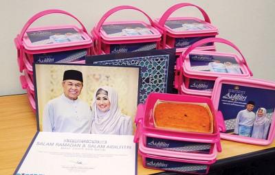 副首相阿末扎希与夫人献上开斋节蛋糕,为新闻线上执行任务的媒体献上一份心意。