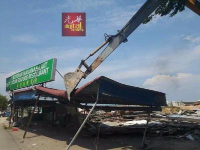 县土地局出动神手,一次过把情人桥海鲜餐馆及海洋海鲜餐馆铲为平地。
