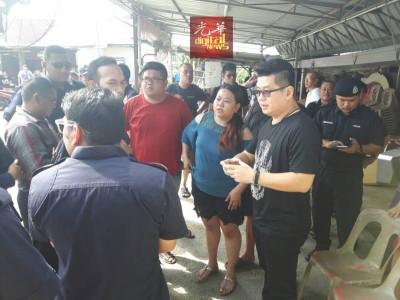 黄祚信(右起)试图帮助李丽欣及李俊祥向执法人员求情,要求一星期宽限期,不料当局态度坚决。