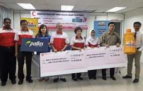 活动赞助商移交模拟支票给马来西亚红新月会槟州分会,左2为王声选,邱作新(左4起)与杨明绒,右2为光华日报业务发展及策划副经理梁浩辉。