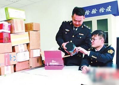 质检人员对进口消费品作抽样检查。