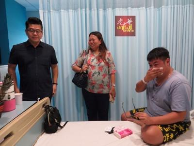 李俊祥(右)谈及海鲜楼夷为平地,不禁地与李丽欣(中)泪洒医院。左为黄祚信。