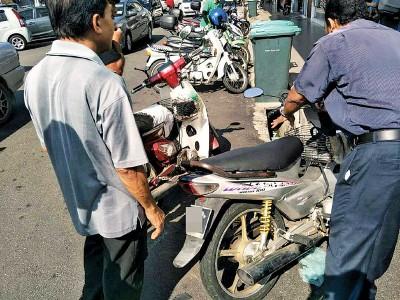 """4辆停泊在商店前的摩托车""""遭殃""""。"""