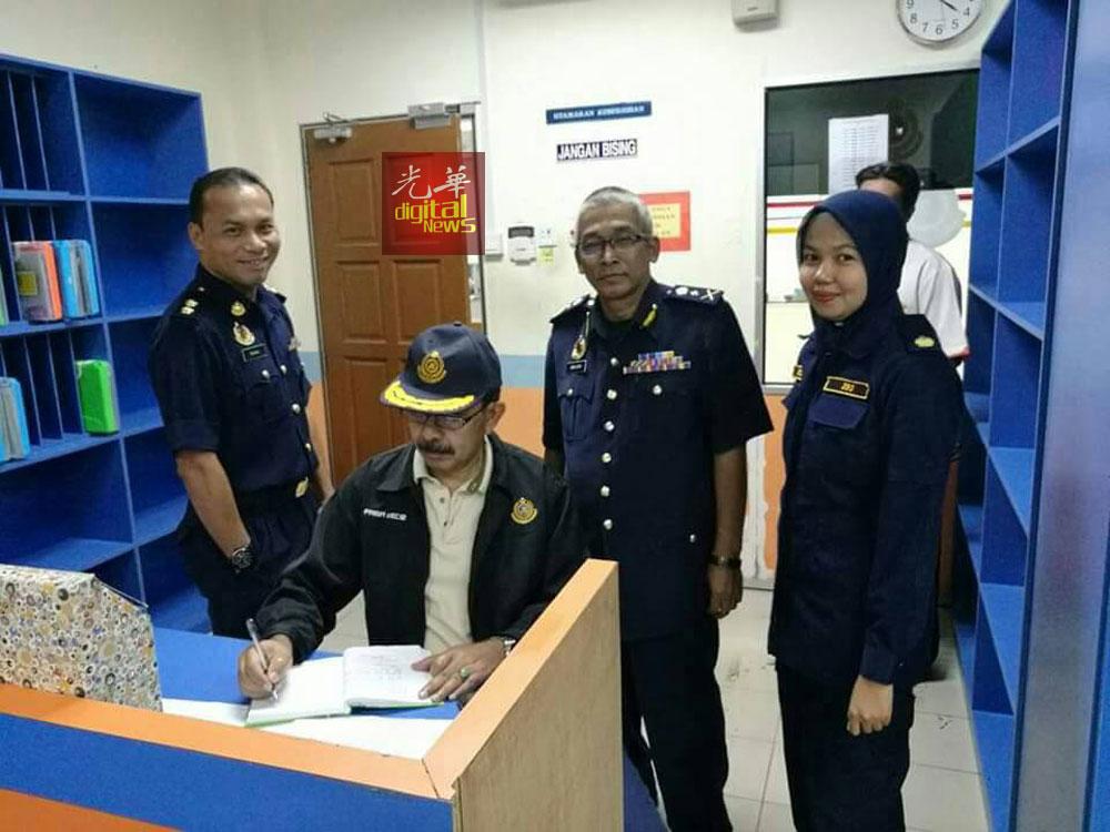 尤索阿育(左2)提醒交通使用者小心驾驶,安全回乡。