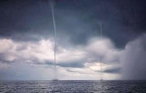 """浮罗交怡往吉打港口海域出现""""双龙出海""""戏水奇观。"""