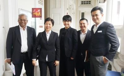 获得胜诉的辩方代表律师(左起为)摩根、林爱清、王艾琳、拉兹兰哈德利斯,以及莫哈末阿菲迪。