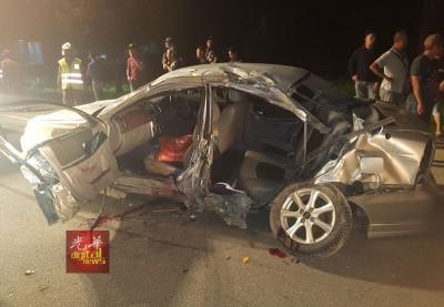4名男子乘坐的车子撞大树,毁坏不堪。