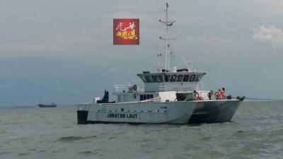 搜救人员在边佳兰丹绒头湾至五湾外海上搜找失踪的船员。