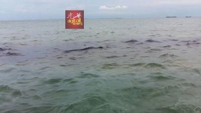 海上浮现大量油渍,疑似失火油船所泄出。