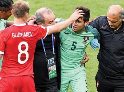 助攻C罗纳差不多之葡萄牙主力左后卫格雷罗(5号)下半场疑似骨折伤退。