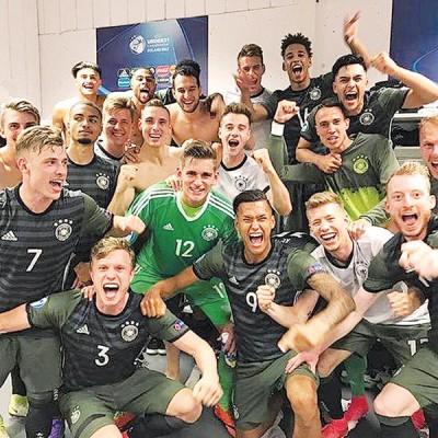 在战胜英格兰后,德国队球员在更衣室内激情庆祝晋级决赛。