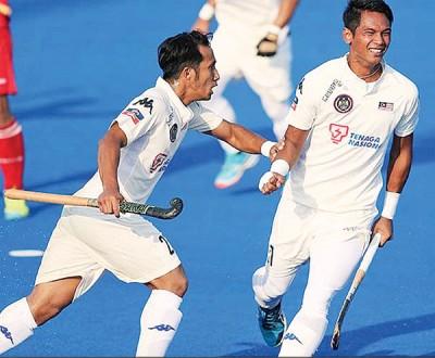 大马男钩球击败韩国后,球员在场上兴奋庆祝。