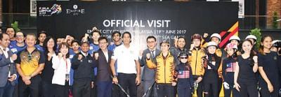 凯里(中)受到欢迎巡视吉隆坡东运滑冰场馆。