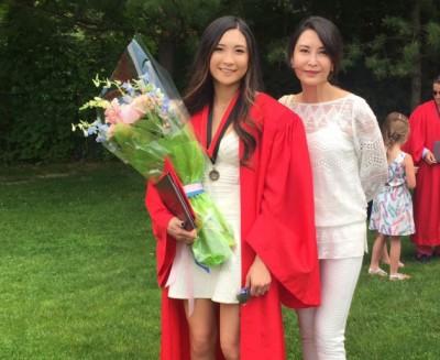 叶玉卿(右)参加爱女毕业典礼,心中满是骄傲。