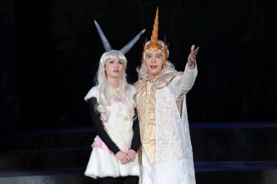 管罄和倪安东合演舞台剧《千面恶女》擦出火花,两人背景类似很有话聊。