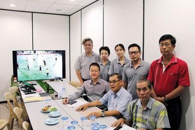 (前排左起)、陈颖春及符气仁等反映,小型足球场至凌晨的足球活动,严重影响寺内人士作息。