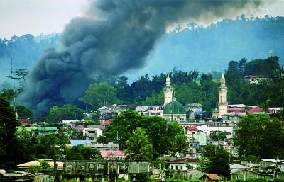 马拉维市的倒恐战未见结束之迹象,周五可见市内冒出滚滚浓烟。