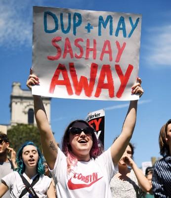 示威者高举反对民主统一党的标语。(法新社照片)