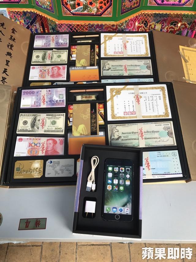"""冥界财富系列""""纸扎台币、美金、人民币、股票、存摺簿、信用卡、手机。"""