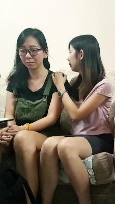 林舒闲(左起)和林舒菁想到远在新加坡等待治疗的弟弟,难忍泪水。