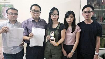 林舒闲(中)希望读者踊跃捐款,让弟弟能马上进行肝脏移植手术。左起为游佳豪、李杰文、林舒菁和侯志远。