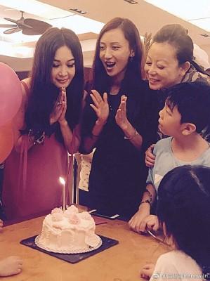 温碧霞诞辰,养子及几位好朋友为它庆祝。