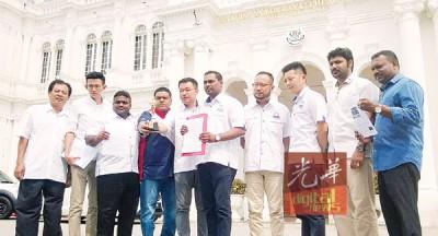 槟州国阵青年团成员要求槟岛市政厅针对假奖事件为群众作出交代。