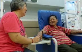 洗肾10年后终盼得新肾脏,但不过两年就得摘除,让吴育仲(右)重回洗肾生活。幸有妻子陈惜金不离不弃陪伴。