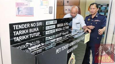 从本月3日开放竞投的AKU 系列车牌周二中午12时宣告截止,利端及监管官员将投标箱收起。