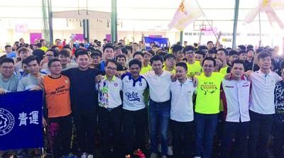 张盛闻(右5)和八大华青联谊运动会理事及参赛者一同合照。