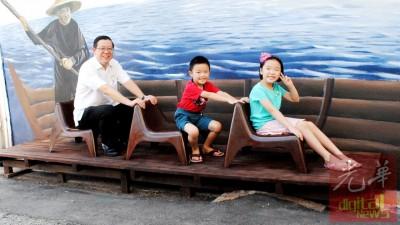 林家丞、林佳琪姐弟欢喜与首长同在一条船上。